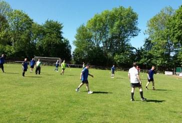walking football auf dem Rasenplatz